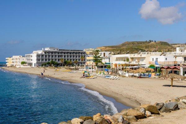 Strand in Kardámena zwischen Hafen und Island Resorts Maya Hotel