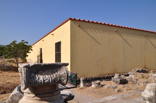 Casa Romana von außen mit Säulenkapitälen